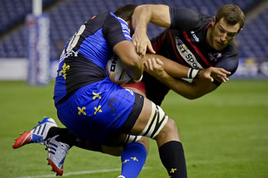 Tim Visser attempts a tackle - pic © Al Ross